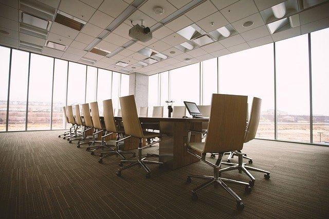 Man skal kunne kommunikere klart og tydeligt i et konferencelokale som dette
