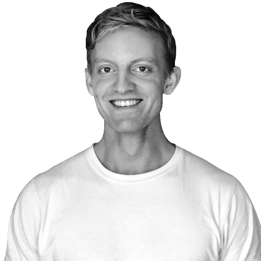 Jacob F. H. Petersen, der er SEO-tekstforfatter i Odense, står og smiler