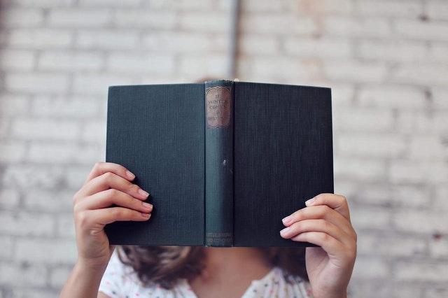 En bog fyldt med korte og lange sætninger helt op i hovedet