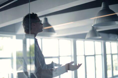 En forretningsmand kommunikerer i et kontor