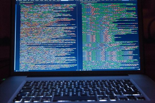 En computer med kodninger og 301-redirect