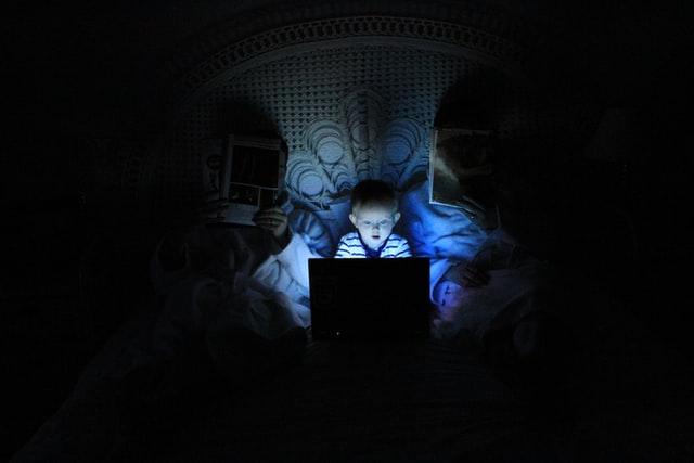 Lille dreng sidder i mørket med skræk for duplicate content