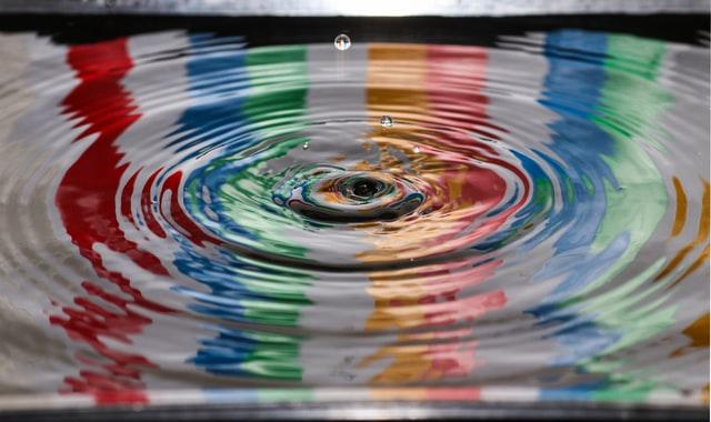 Farvede ringe i vandet for at illustrere den effekt ekstern kommunikation har på omverdenen