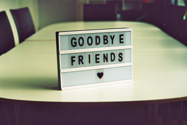 Et skilt på et bord med teksten goodbye friends