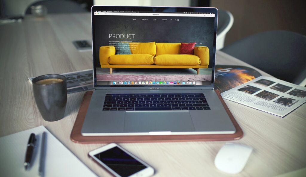 En computer med en webshop åben på skærmen
