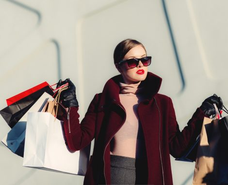 En kvinde med en masse indkøbsposer skal symbolisere virkningen af en god kategoritekst.