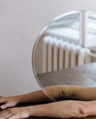 En arm, der spejles i et spejl, illustrerer hvordan potentielle kunder spejler sig i tidligere kunder.