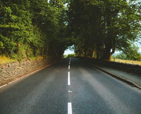 En vej, der illustrerer vejen til succes gennem brugen af kundecases